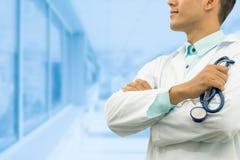 De mannelijke stethoscoop van de artsenholding in het ziekenhuis royalty-vrije stock fotografie