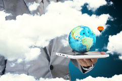 De mannelijke Tablet die van het de Aanrakingsscherm van de Handgreep Earthglobe voorstellen Stock Foto's