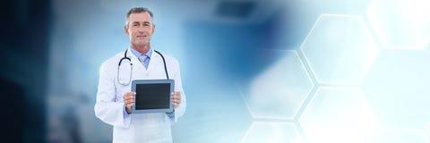 De mannelijke tablet van de artsenholding stock afbeeldingen