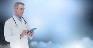 De mannelijke tablet van de artsenholding royalty-vrije stock fotografie