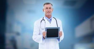 De mannelijke tablet van de artsenholding stock foto's