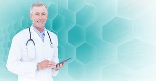 De mannelijke tablet van de artsenholding stock foto