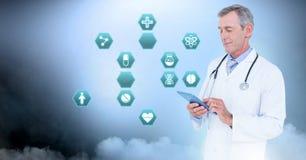 De mannelijke tablet van de artsenholding met medische interface hexagon pictogrammen stock afbeeldingen