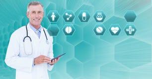 De mannelijke tablet van de artsenholding met medische interface hexagon pictogrammen royalty-vrije stock fotografie
