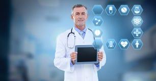 De mannelijke tablet van de artsenholding met medische interface hexagon pictogrammen royalty-vrije stock foto