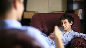 De mannelijke therapeut leidt een psychologisch overleg met een tiener Jongenstiener bij de ontvangst van a stock videobeelden