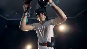 De mannelijke tiener beweegt zich door virtuele werkelijkheid met opwinding stock video
