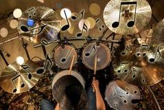 De mannelijke uitrusting van de musicus speeltrommel bij overleg Stock Afbeeldingen