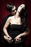 De mannelijke vampier bijt een vrouw met hartstocht royalty-vrije stock foto