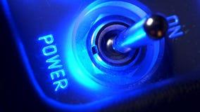 De mannelijke vinger draaiende controle schakelt en macht die blauw lichtenclose-up opvlammen in stock videobeelden