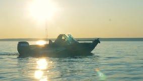 De mannelijke vissers varen langzaam op een motorboot stock video