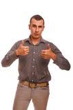De mannelijke volwassen donkerbruine mens toont tekengebaar allebei Stock Afbeeldingen