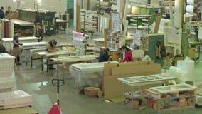 De mannen en de vrouwen, arbeiders bespreken het proces om in een grote workshop te werken Het proces om houten deuren te maken stock video