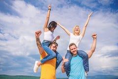 De mannen en de vrouwen genieten muziek van festival Vakantie en hobby Bezoek beroemd festival tijdens vakantie Rockfestival voel stock afbeelding