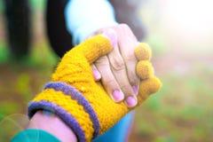 De mannen en de vrouwen houden handen en behandelen elkaar met liefde en aanmoediging Stock Fotografie