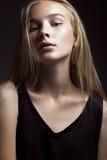 De mannequin met lang haar, mooie ogen, perfecte huid stelt in studio voor de fotospruit van de glamourtest het tonen Stock Foto's