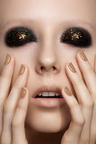 De mannequin met schittert samenstelling, glanzende manicure Royalty-vrije Stock Foto