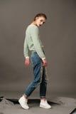De mannequin stelt in jeans en wollig Stock Foto
