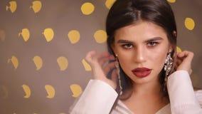 De mannequin toont haar luxeoorringen, langzame motie stock videobeelden