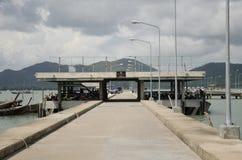 De Manokpijler voor de dienstboot van het passagiersgebruik gaat naar phuket en Koh Stock Afbeelding