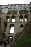 De Mantelbrug ook als de Kasteelbrug is wordt bekend een ori?ntatiepunt van Krumlov-Kasteel dat royalty-vrije stock afbeeldingen