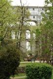 De Mantelbrug ook als de Kasteelbrug is wordt bekend een ori?ntatiepunt van Krumlov-Kasteel dat stock afbeeldingen