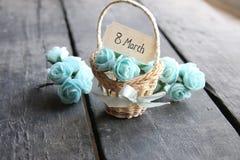 8 de março Ainda vida rústica, rosas e etiqueta Fotografia de Stock Royalty Free
