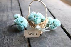 8 de março Ainda vida rústica, rosas e etiqueta Imagem de Stock