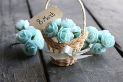 8 de março Ainda vida rústica, rosas e etiqueta Imagens de Stock