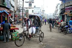 6 de março de 2015 - Bihar, Índia: Na Índia rural as famílias ainda bicycle táxis para o transporte imagens de stock
