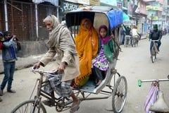 6 de março de 2015 - Bihar, Índia: Na Índia rural as famílias ainda bicycle táxis para o transporte fotos de stock