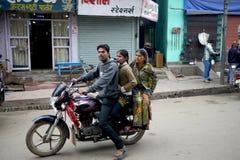 6 de março de 2015 - Bihar, Índia: Na Índia rural as famílias usam velomotor para o transporte imagens de stock