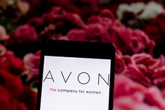 10 de março de 2019, Brasil Logotipo de Avon na tela do dispositivo móvel Avon é uma empresa norte-americana dos cosméticos basea fotos de stock