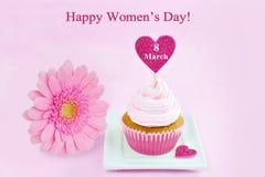 8 de março cartão do rosa do dia das mulheres com a margarida do queque, do coração e do gerbera Fotografia de Stock
