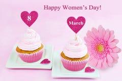 8 de março cartão do rosa do dia das mulheres com queque, coração e gerbera Fotografia de Stock Royalty Free
