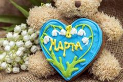 8 de março Close-up do urso de peluche com pão-de-espécie Fotografia de Stock Royalty Free