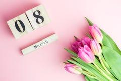 8 de março conceito feliz do dia do ` s das mulheres Com o calendário de bloco de madeira e as tulipas cor-de-rosa no fundo cor-d Fotografia de Stock Royalty Free