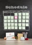 8 de março conceito: programação do calendário da grade com a decoração no blac Foto de Stock Royalty Free