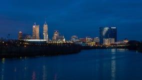 1º de março de 2017 - Capitólio e skyline do estado de Indianapolis no crepúsculo ao longo do parque estadual de White River foto de stock