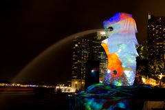 1º de março de 2017: A fonte de Merlion na noite Cingapura Imagens de Stock Royalty Free