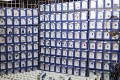 25 DE MARÇO DE 2016: A joia decorativa vendeu em mercados tradicionais da Páscoa no quadrado de cidades velho em Praga Imagem de Stock Royalty Free