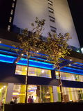 6 de março de 2017, Kuala Lumpur Os íbis denominam Kuala Lumpur Sri Damansara Hotel na noite Imagem de Stock Royalty Free