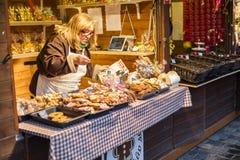 25 DE MARÇO DE 2016: Mulher que vende o produtos de forno tradicional do pão-de-espécie em mercados tradicionais da Páscoa no qua Imagens de Stock