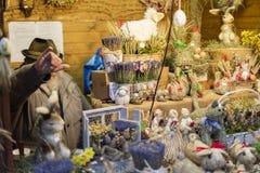 25 DE MARÇO DE 2016: Os bens e as decorações típicos venderam em mercados tradicionais da Páscoa no quadrado de cidades velho em  Imagens de Stock Royalty Free