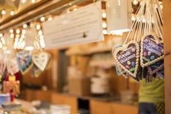 25 DE MARÇO DE 2016: Os corações do pão-de-espécie venderam em mercados tradicionais da Páscoa no quadrado de cidades velho em Pr Fotografia de Stock