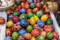25 DE MARÇO DE 2016: Os ovos decorativos de madeira tradicionais venderam em mercados tradicionais da Páscoa no quadrado de cidad Fotografia de Stock Royalty Free