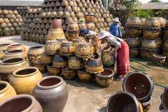 4 de março de 2017 - Ratchaburi, Tailândia: Trabalhadores fêmeas que lavam Dracmas Fotografia de Stock