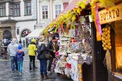25 DE MARÇO DE 2016: Visitantes dos mercados tradicionais da Páscoa no quadrado de cidades velho em Praga, república checa Imagem de Stock