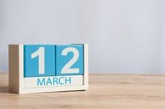 12 de março Dia 12 do mês, calendário de madeira da cor no fundo da tabela Dia de mola, espaço vazio para o texto Imagens de Stock Royalty Free