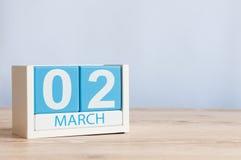 2 de março Dia 2 do mês, calendário de madeira da cor no fundo da tabela Tempo de mola, espaço vazio para o texto Fotografia de Stock Royalty Free